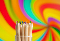 Bunte hölzerne Bleistifte auf buntem Hintergrund Stockfoto