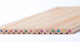 Bunte hölzerne Bleistifte auf weißem Hintergrund Stockbilder