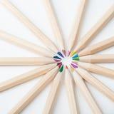 Bunte hölzerne Bleistifte auf weißem Hintergrund Stockbild