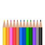 Bunte hölzerne Bleistifte auf weißem Hintergrund Stockfotos