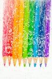Bunte hölzerne Bleistifte im Sodawasser Stockfotografie