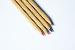 Bunte hölzerne Bleistifte lokalisiert auf Weiß Stockbild