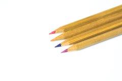 Bunte hölzerne Bleistifte lokalisiert auf Weiß Stockfotos
