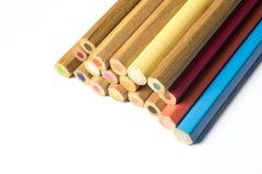 Bunte hölzerne Bleistifte lokalisiert auf Weiß Stockfotografie