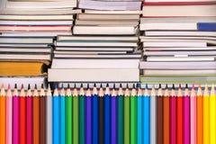 Bunte hölzerne Bleistifte und Stapel von Büchern, zurück zu Schulkonzept Stockfotos