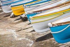 Bunte hölzerne Boote Stockfotos