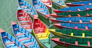 Bunte hölzerne Boote im Dock auf Fewa See in Pokhara, Nepal stockfoto