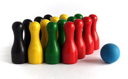 Bunte hölzerne Bowlingspielstifte Lizenzfreie Stockbilder