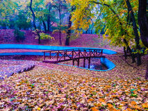 Bunte hölzerne Brücke, Hintergrund Lizenzfreies Stockfoto