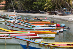 Bunte hölzerne Fischerboote stimmten auf dem Strand, Margarita Is überein Lizenzfreie Stockfotos