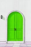 Bunte hölzerne grüne Tür und Detail des Hausäußeren Stockfotos