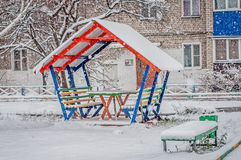 Bunte hölzerne Pergola unter Schnee lizenzfreie stockfotos
