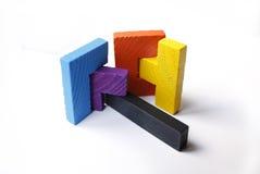 Bunte hölzerne Puzzlespielblöcke auf weißem Hintergrund Stockbild