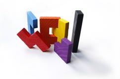 Bunte hölzerne Puzzlespielblöcke auf weißem Hintergrund Stockbilder