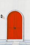 Bunte hölzerne rote Tür und Detail des Hausäußeren Lizenzfreie Stockfotografie