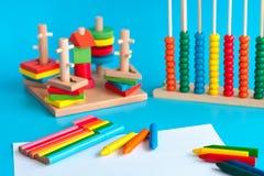 Bunte hölzerne SpielzeugBausteine spielt auf Blau Lizenzfreie Stockfotografie