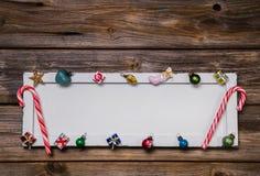 Bunte hölzerne Weihnachtskarte, -rahmen oder -hintergrund mit decorat Stockfotografie