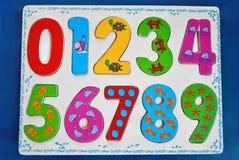Bunte hölzerne Zahlen für Kinder Stockbild