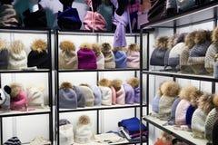 Bunte Hüte des Winters mit Pelz Pompom im Shop stockfoto