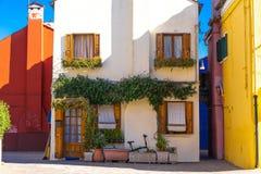 Bunte H?user von Burano-Insel Venedig Typische Stra?e mit h?ngender W?scherei an den Fassaden von bunten H?usern stockfotografie