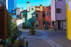 Bunte H?user von Burano-Insel Venedig Typische Stra?e mit h?ngender W?scherei an den Fassaden von bunten H?usern lizenzfreies stockbild