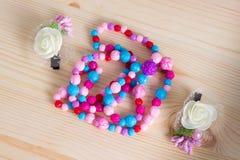 Bunte Haarkamm-Kammbürsten mit Griff, helle Perlen auf wo Lizenzfreie Stockbilder