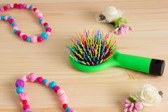 Bunte Haarkamm-Kammbürsten mit Griff, helle Perlen auf wo Lizenzfreies Stockbild