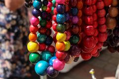Bunte Halskettenperlen Hölzerne Halskettenperlen Der Markt Sommer Stockbild