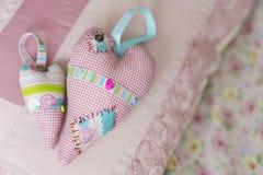 Bunte hamdmade Textilgroße und kleine Spielzeugherzen Stockfotos