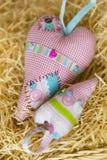 Bunte hamdmade Textilgroße und kleine Spielzeugherzen Lizenzfreie Abbildung