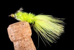 Bunte Hand gebundene Fischen-Fliegen angezeigt auf Champagne Cork 10 Lizenzfreie Stockfotos