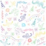 Bunte Hand gezeichnete Partei-Symbole Kinderzeichnungen von Maskerade-Elementen Laptop- und Blinkenleuchte Stockfotos