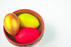 Bunte handgemachte gemalte Ostereier malten Khokhloma-Schüssel auf weißem Hintergrund lizenzfreies stockfoto