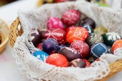 Bunte handgemachte hölzerne Ostereier verkauften im jährlichen traditionellen Handwerk ehrlich in Vilnius stockfotos
