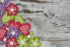 Bunte handgemachte Herzen und Blumen Lizenzfreies Stockbild