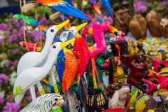 Bunte handgemachte Vögel stockfotografie