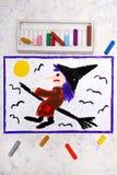 Bunte Handzeichnung: Altes hässliches Hexenfliegen auf einem Besen lizenzfreie stockfotografie