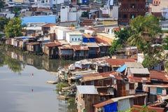Bunte Hausbesetzerbretterbuden am Elendsviertel-Stadtgebiet in Ho Chi Minh-Stadt, Vietnam Lizenzfreies Stockbild