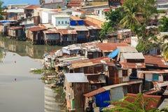 Bunte Hausbesetzerbretterbuden am Elendsviertel-Stadtgebiet in Ho Chi Minh-Stadt, Vietnam Lizenzfreies Stockfoto