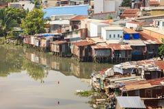 Bunte Hausbesetzerbretterbuden am Elendsviertel-Stadtgebiet in Ho Chi Minh-Stadt, Vietnam Lizenzfreie Stockbilder