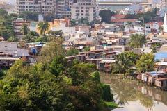 Bunte Hausbesetzerbretterbuden am Elendsviertel-Stadtgebiet in Ho Chi Minh-Stadt, Vietnam Stockbild