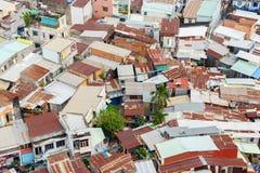 Bunte Hausbesetzerbretterbuden und -häuser in einem Elendsviertel-Stadtgebiet in Saigon, Vietnam Lizenzfreie Stockfotografie