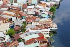 Bunte Hausbesetzerbretterbuden und -häuser in einem Elendsviertel-Stadtgebiet in Saigon, Vietnam Lizenzfreies Stockbild
