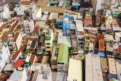 Bunte Hausbesetzerbretterbuden und -häuser in einem Elendsviertel-Stadtgebiet in Saigon, Vietnam Stockfotos
