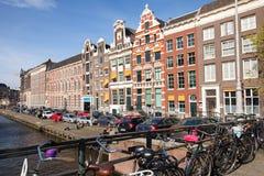 Bunte Hausfassaden auf dem Kanal in Amsterdam Lizenzfreie Stockbilder