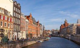 Bunte Hausfassaden auf dem Kanal von Amsterdam Stockbild