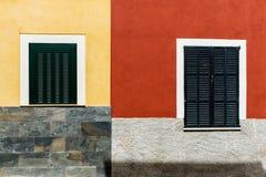 Bunte Hausmauer lizenzfreie stockbilder