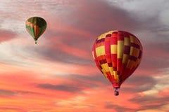 Bunte Heißluft steigt das Aufsteigen in einen Sonnenaufgang im Ballon auf stockfotos