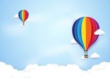 Bunte Heißluft steigt Fliegen auf Hintergrund des blauen Himmels im Ballon auf Stockfotografie