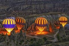 Bunte Heißluft steigt vor Produkteinführung bei Cappadocia im Ballon auf stockbilder